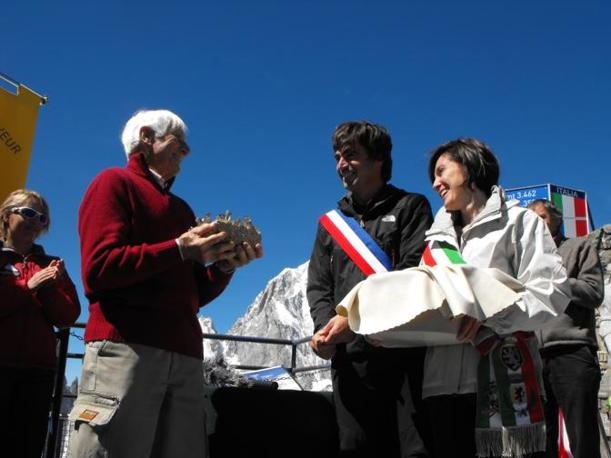 Walter Bonatti ottiene la cittadinanza onoraria del Monte Bianco nel 2010 (Ansa)