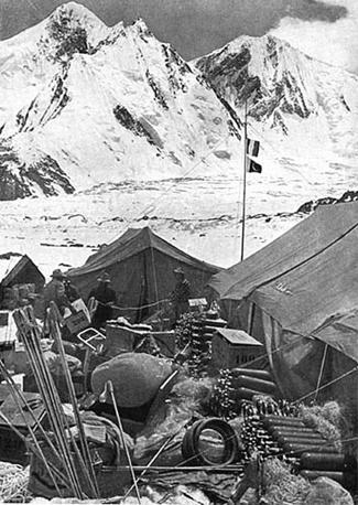 Il magazzino ai piedi del K2 prima della scalata nel 1954 (Ansa)