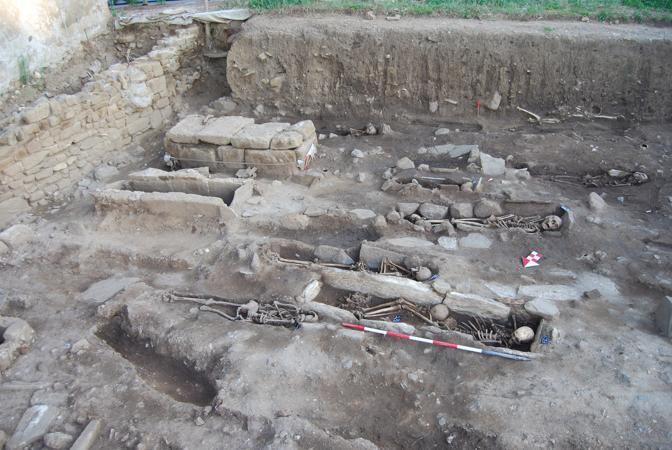 Gli scavi nella necropoli medievale davanti al mare del Golfo di Baratti. Qui è stata trovata la tomba contente una donna sepolta con sette chiodi ricurvi lunghi quattro centimetri nella bocca
