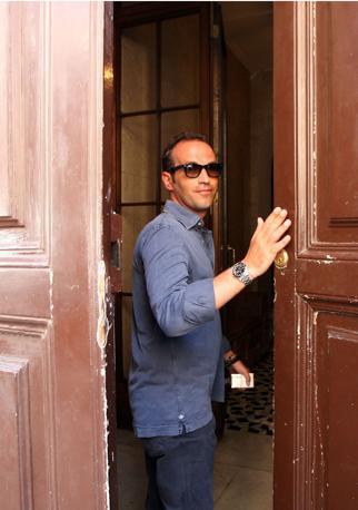 Gianpaolo Tarantini, 36 anni, mentre entra nella sua casa di Roma. L'imprenditore barese è accusato di estorsione ai danni del presidente del Consiglio Berlusconi (Jpeg fotoservizi)