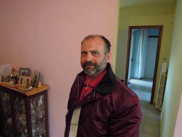 Elvis, 44 anni, nella sua casa a L'Aquila (foto di Nicola Catenaro)