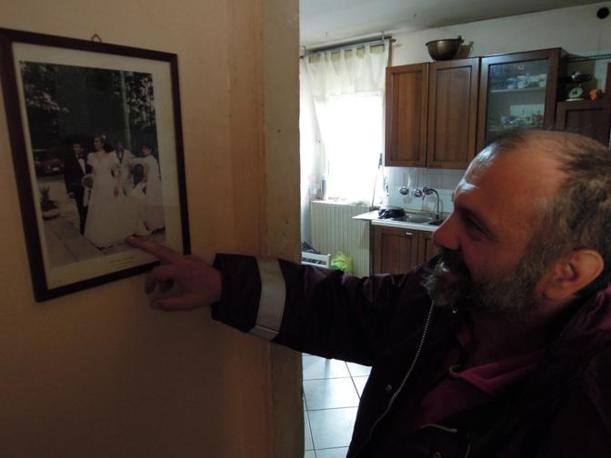 Elvis mostra le immagini del suo matrimonio (foto di Nicola Catenaro)