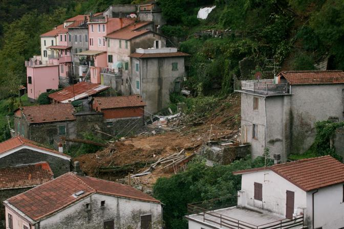 Il buco dove sorgeva l'abitazione delle tre persone morte a Cassana. Gli abitanti del paese hanno salvato una ragazza sepolta (Gerace)