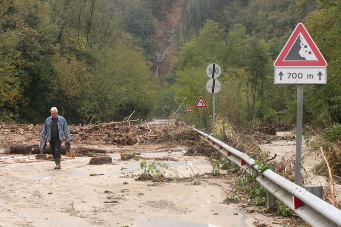 La strada statale SS 1 Aurelia cancellata dai torrenti dopo lalluvione nella Val di Vara  (Gerace)