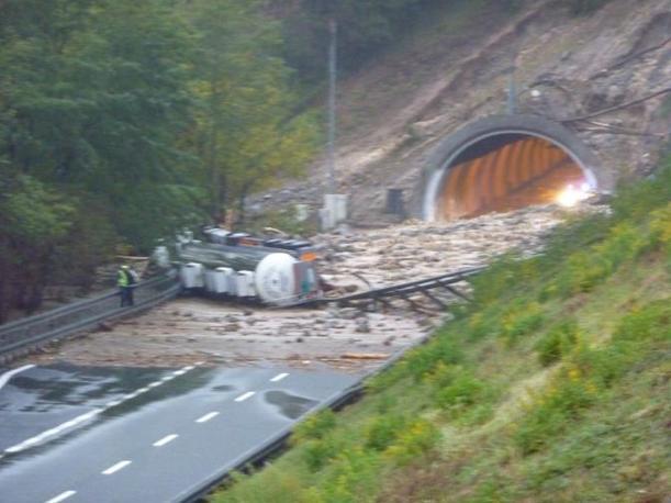 Nella foto un camion travolto da una frana  martedì pomeriggiosulla A12 tra Brugnato e Carrodano. L'autista è rimasto intrappolato per ore, ma è in buone condizioni (Ansa)