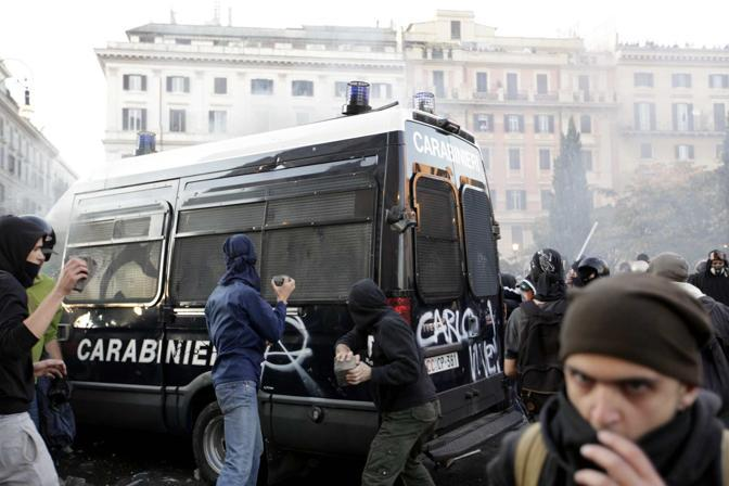 Un gruppo di manifestanti riesce a circondare e bloccare un blindato dei carabinieri (Emblema)