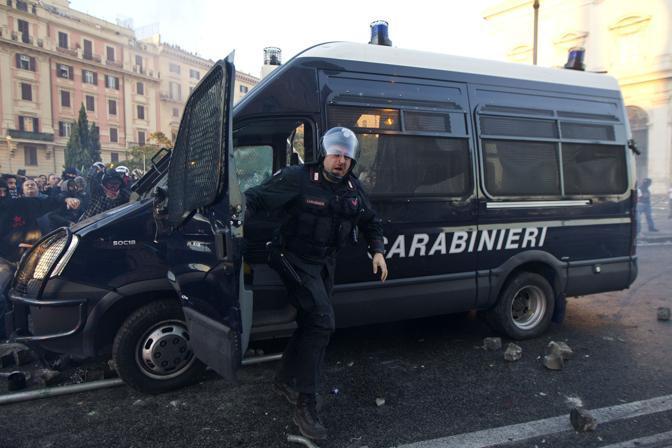 Il militare alla guida è costretto a scappare: sull'altro lato del veicolo piovono sassi e alcuni dei violenti cercano di aprire lo sportello (Ansa)