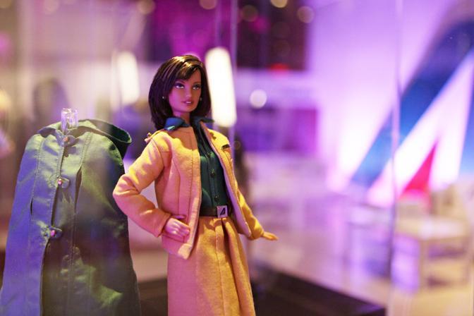 Una mostra singolare al Festival del Cinema dui Roma. Una serie di Barbie con tutte le divise storiche delle hostess di Alitalia. Frutto di un accordo Mattel/Alitalia, saranno messe all?asta per beneficenza con Telethon. Questa � la divisa disegnata da Alberto Fabiani, 1973-1975