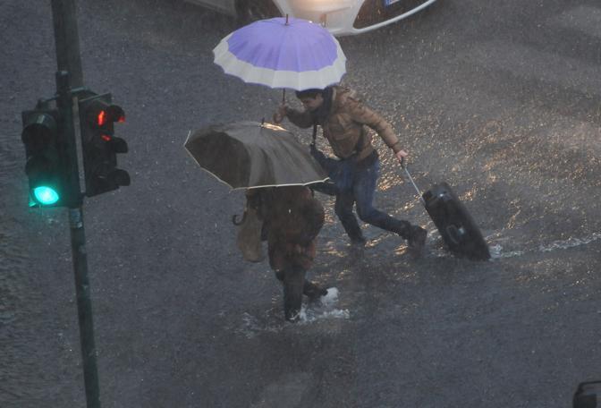 Il violento nubifragio su Genova (Ansa)