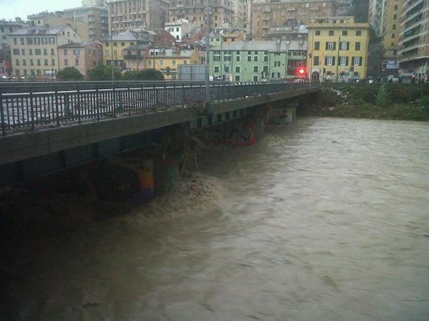 """Il ponte sul torrente Bisagno che collega la zona di corso sardegna con il """"vecchio"""" Borgo Incrociati, che si trova alle spalle della Stazione Brignole (Ansa)"""