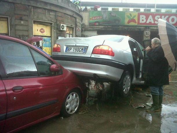 Alcune auto trascinate dall'acqua all'imboccatura del sottopasso della Stazione Brignole completamente allagato dopo le forti precipitazioni (Ansa)