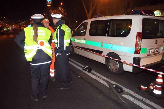 La polizia municipale in corso Peschiera (Fotogramma)
