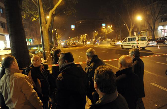 Una piccola folla radunata sul luogo dell'incidente a Torino (Ansa)