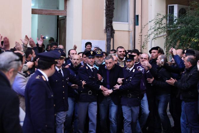 La folla in festa per l 39 arresto di zagaria for Questura di caserta permesso di soggiorno