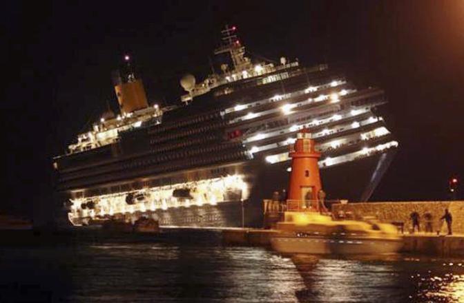 La nave Costa Concordia incagliata appena al largo dell'Isola del Giglio (Ansa)