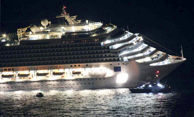 Una scialuppa di salvataggio appena discosta dalla Costa Concordia (Ansa)