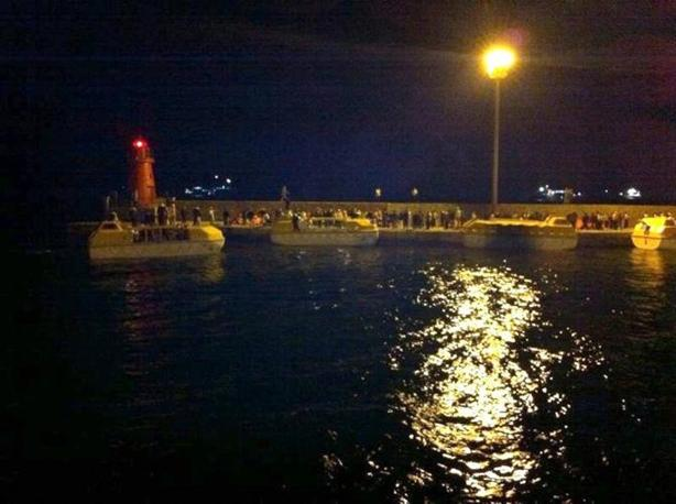 L'arrivo dei passeggeri nel porto dell'Isola del Giglio (Ansa)