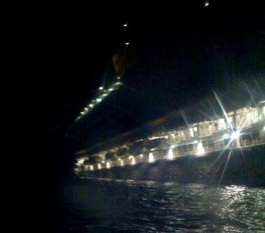 La Costa Concordia vista da una scialuppa (Ansa)