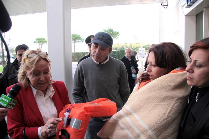La giornalista televisiva Maria Parmeggiani (a sinistra) che era sulla nave arriva con altri passeggeri all'hotel Hilton vicino all aeroporto di Fiumicino dove i naufraghi vengono accolti in attesa di ripartire per le rispettive destinazioni (Ansa)