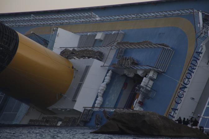È sempre più inclinata la nave Costa Concordia, che si è incagliata venerdì sera, sugli scogli dell'Isola del Giglio, Grosseto (Sestini)