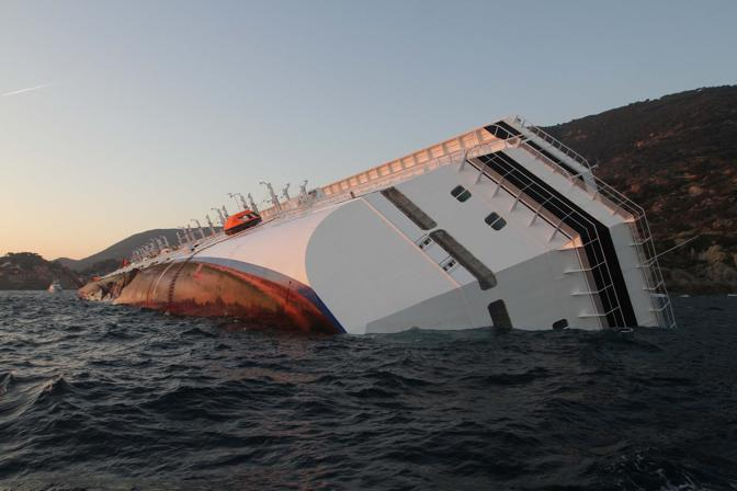 Lo squarcio lungo la fiancata sinistra della Costa Concordia (Sestini)