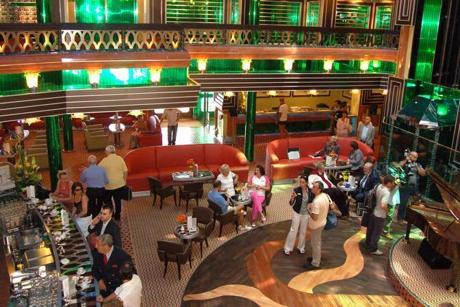 Una sala interna della Costa Concordia al momento dell'inaugurazione nel luglio del 2006. Piscine, bar e spazi per il tempo libero (Ansa)