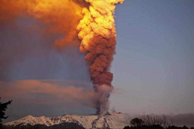 La prima eruzione del 2012 dell'Etna vista dal Santa Venerina -(Marco Domenico Spartà)