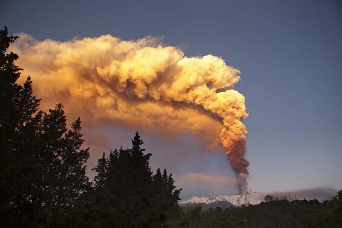 La prima eruzione del 2012 dell'Etna vista dal Santa Venerina (Marco Domenico Spartà)