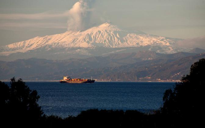 La colata ha origine dal Nuovo Cratere di Sud-Est e ha dato vita ad una colonna di cenere alta piu' di 5.000 metri (Franco Cufari/Ansa)