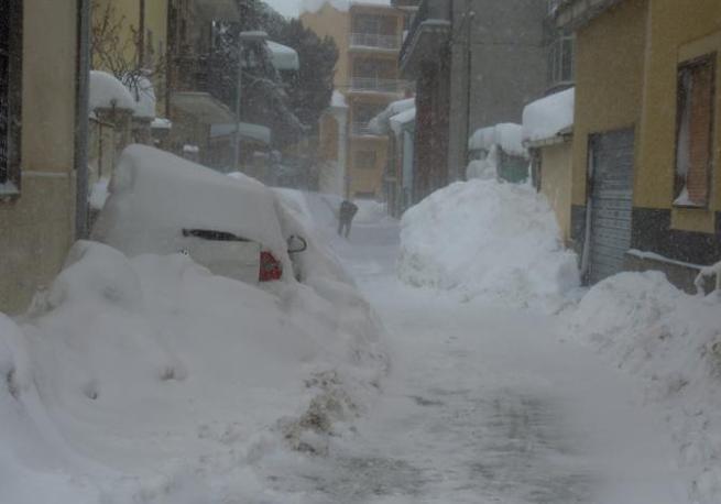 Una strada di Avezzano (L Aquila) coperta dalla neve (foto Ansa)