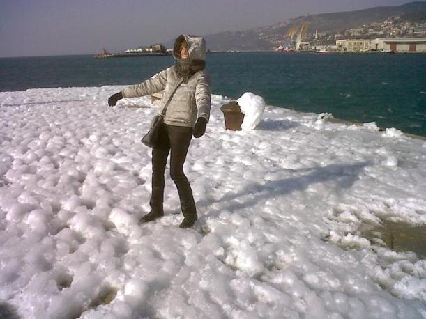 Il ghiaccio in riva al mare a Trieste (Ansa/Franco)