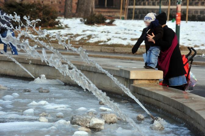 La fontana ghiacciata di piazza Castello a Milano (Fotogramma/Albertari)