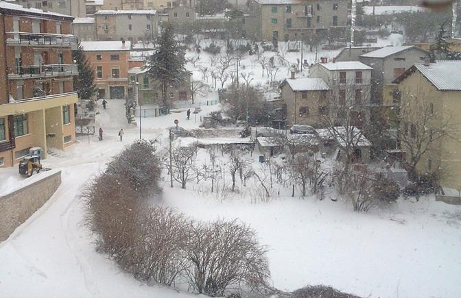 Gualdo Tadino (Perugia) sotto la neve (Ansa)