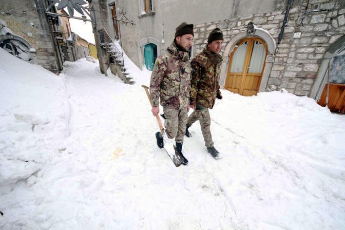 Militari in soccorso a Castelfranco in Miscano in Campania (Fotogramma)