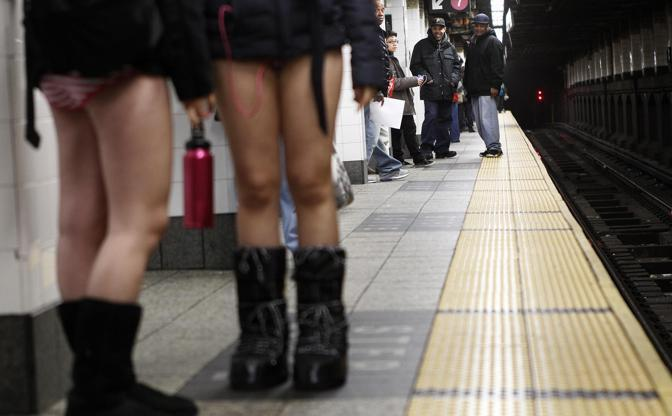 No pants subway ride, tutti in mutande anche a New York (Reuters)