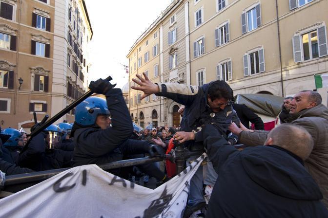 Scontri con la polizia durante la protesta dei pescatori davanti a Montecitorio contro il caro gasolio e la burocrazia dell'Unione europea (Ansa/Percossi)