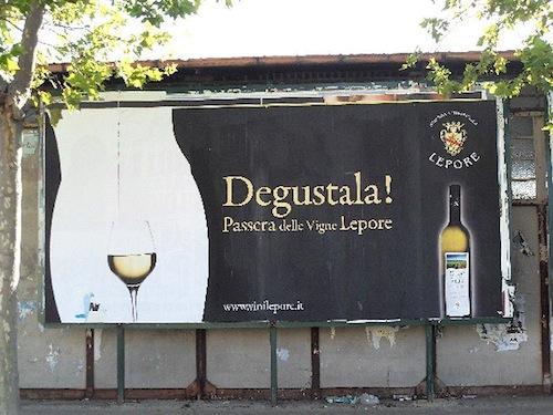 Il sito gastronomico «Dissapore.com» ha stilato una classifica delle pubblicità di prodotti alimentari a sfondo erotico. Al primo posto il vino Passera