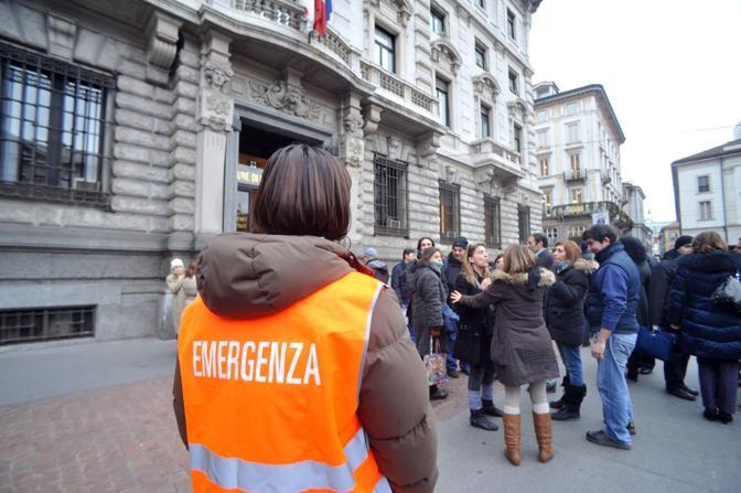 Milano, piazza della Scala evacuato il palazzo della ragioneria dopo la nuova scossa di terremoto (Newpress/Furlan)