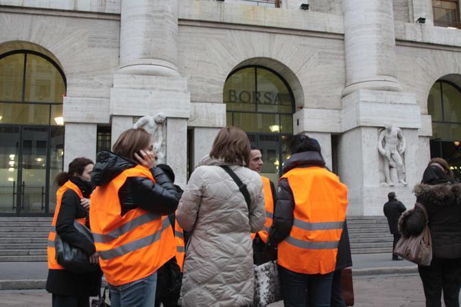Milano, persone evacuate anche alla Borsa (Ansa/Salmoirago)