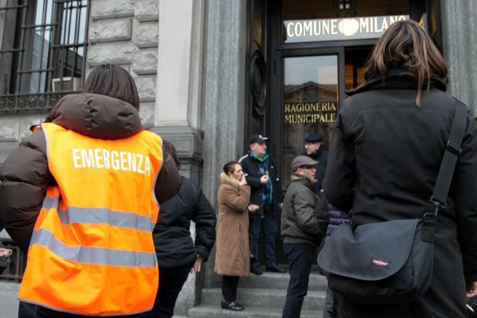 Milano, dipendenti del Comune in strada (Ansa/Salmoirago)