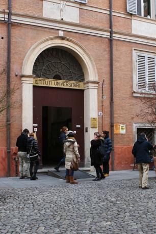 Alcune persone uscite dalla facolt� universitaria di Lettere a Modena dopo la scossa di terremoto con epicentro nel parmense Modena  (Ansa/Baracchi)