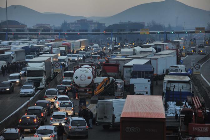 Traffico bloccato alla barriera di Caserta dell' autostrada A1 (Abbate/Ansa)