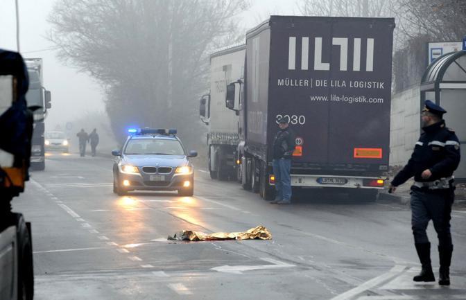 Un uomo di 46 anni è stato investito martedì mattina sulla stradale 10 ad Asti, dopo che ha cercato di fermare un tir. Secondo i primi accertamenti si tratterebbe di un incidente (Ansa)