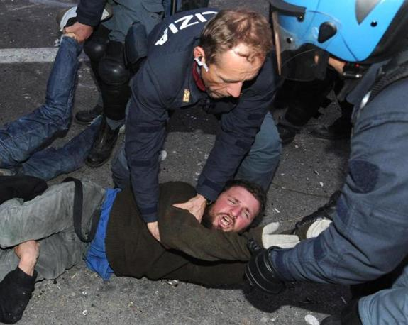 Il militante No Tav comparso in un video di Corriere.it mentre insulta un carabiniere viene portato via da agenti di polizia (foto Ansa)