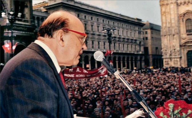 Il segretario del Psi, Bettino Craxi, arringa il suo popolo da piazza del Duomo. Ma siamo al capolinea di una stagione politica. Poi l'ex presidente del Consiglio - travolto da Mani Pulite - sarà costretto a fuggire ad Hammamet