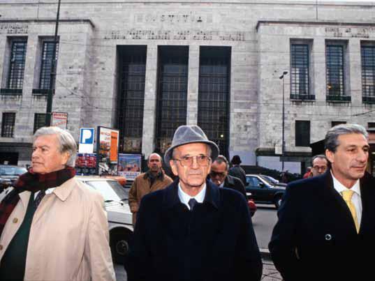 Severino Citaristi (nel mezzo), l'ex tesoriere della Dc, incastrato nelle indagini di Tangentopoli proprio a causa del suo ruolo di segretario amministrativo. La prima accusa di finanziamento illecito al partito gli arriva nel 1992 per 700 milioni di lire versatigli da un imprenditore. Fu definito l'uomo dei 74 avvisi