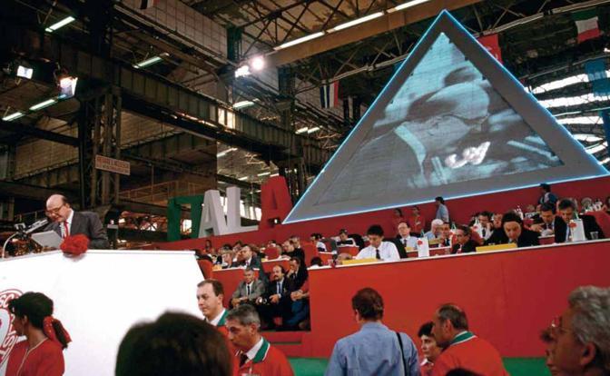 Craxi al congresso del partito socialista nel 1992. La scenografia curata da Filippo Panseca, l'archistar ufficiale del partito