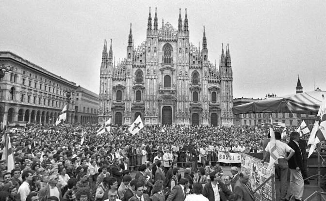 Una piazza Duomo gremita all'inverosimile per uno dei primi comizi della Lega Nord. Un partito individualistico fondato sul carisma del Capo. Quell'Umberto Bossi che seppe interpretare al meglio il malcontento del Paese confuso perché assisteva smarrito allo smottamento di un'intera classe politica