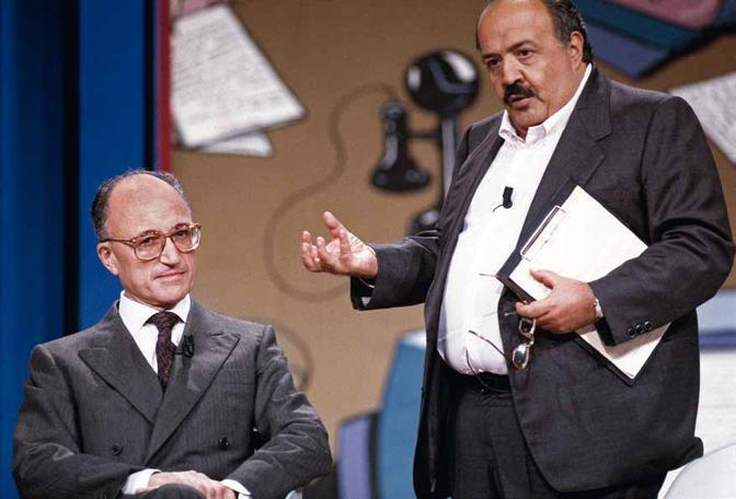 Al Maurizio Costanzo Show, una delle trasmissioni di punta di quegli anni, il procuratore Borrelli si appresta a rispondere alle domande di Costanzo. E' il trionfo del talk-show