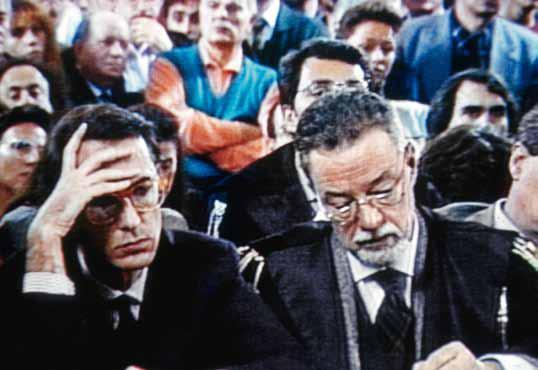 """L'imputato di pietra. Da solo alla sbarra. Il processo a Sergio Cusani (nella foto a sinistra) per """"la madre di tutte le tangenti"""" - 150 miliardi di lire per l'affare Enimont distribuiti nel '90 da Gardini a tutti i partiti politici - è un fatto giudiziario senza precedenti. L'ex bocconiano confessa tutto quello che lo riguarda ma «le prove sugli altri - dice ai pm - trovatele voi». Condannato a cinque anni e mezzo di reclusione Cusani li sconta tutti a San Vittore. Nel 2009 il Tribunale lo dichiara riabilitato restituendogli tutti i diritti civili"""